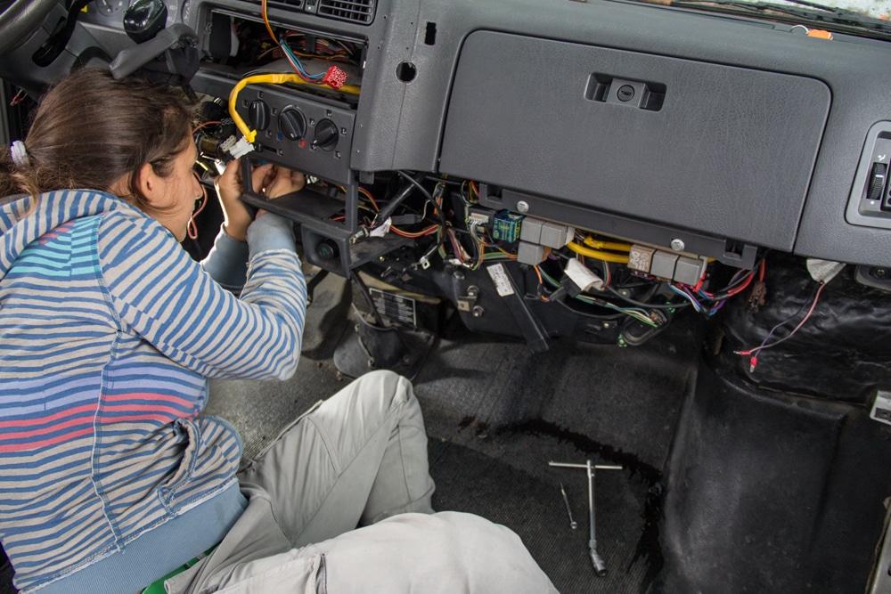 Giulia alle prese con le riparazioni meccaniche