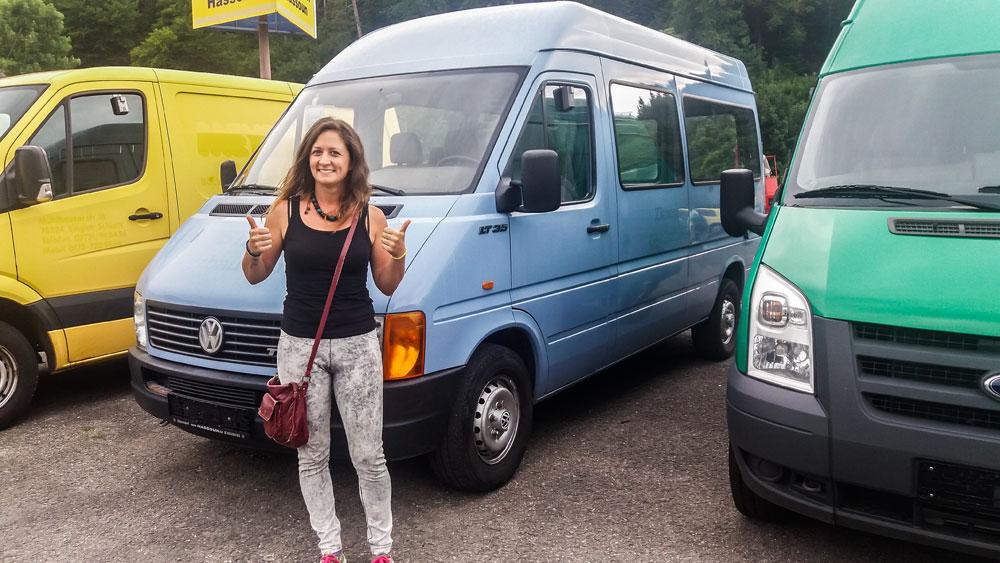 Giulia in un concessionario di soli furgoni