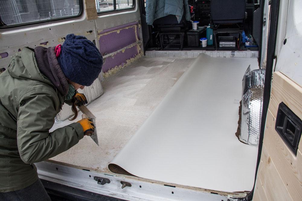 Colla stesa su metà pavimento del furgone