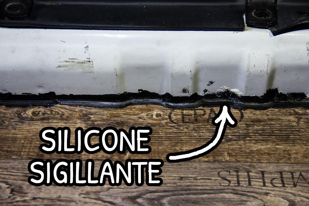 Silicone sigillante nero lungo i bordi tra lamiera e PVC