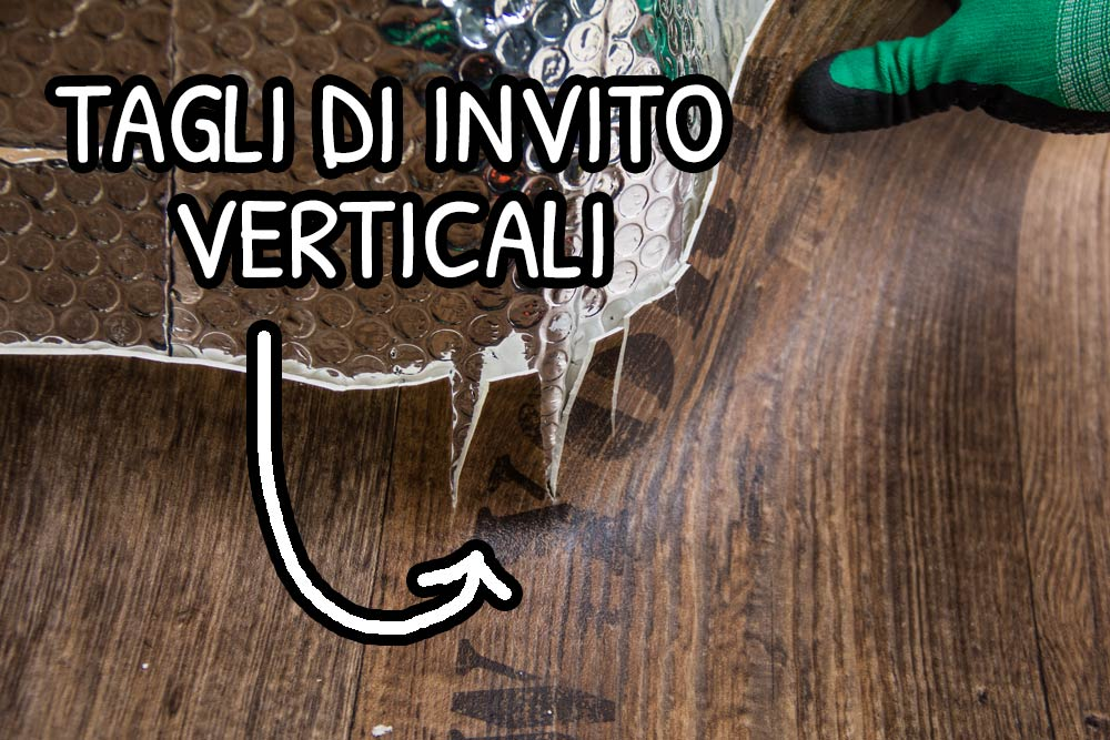 Tagli verticali del foglio di PVC per accomodare le curve della lamiera