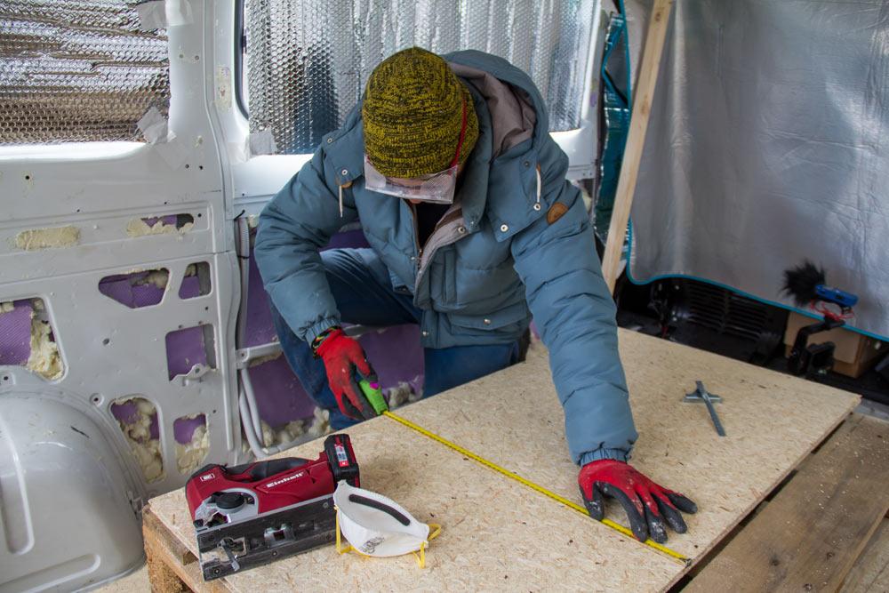 Taglio un pannello di legno ESB con il seghetto alternativo