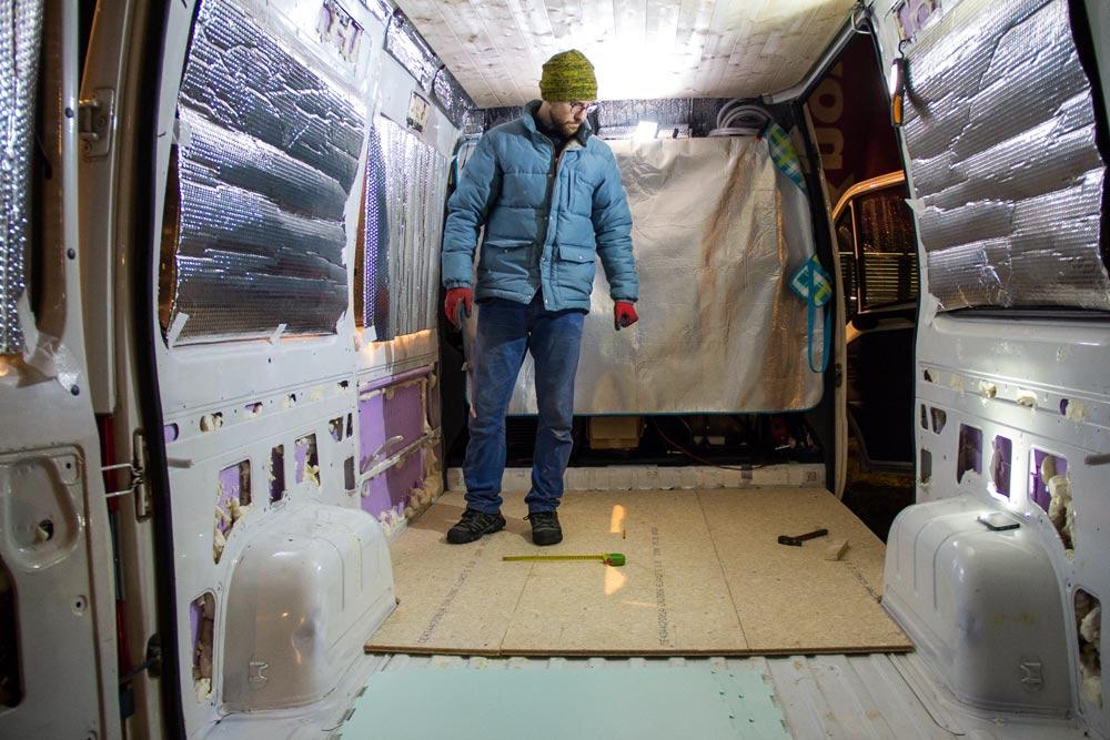 Valerio in piedi nel furgone. Altezza perfetta considerando pavimento e soffitto