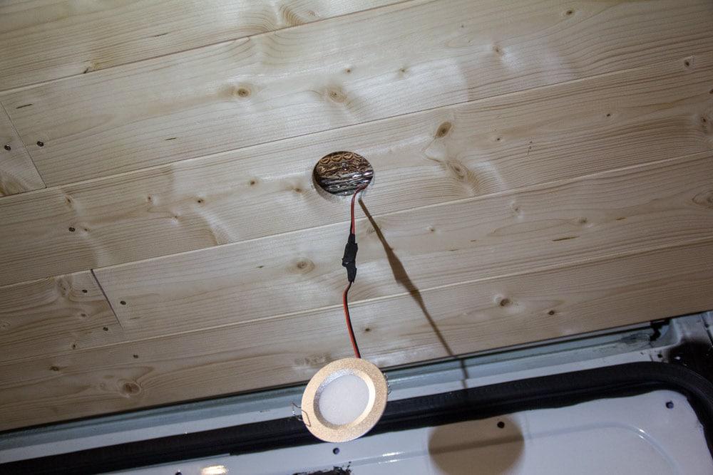 Installazione della lampada LED sul soffitto del furgone