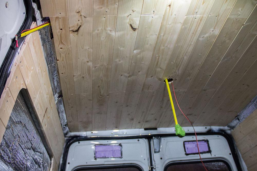 Metro a nastro usato come guida per il cavo elettrico della lampada LED