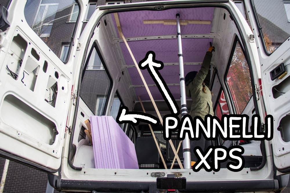 Pannelli di XPS sul soffitto interno del furgone