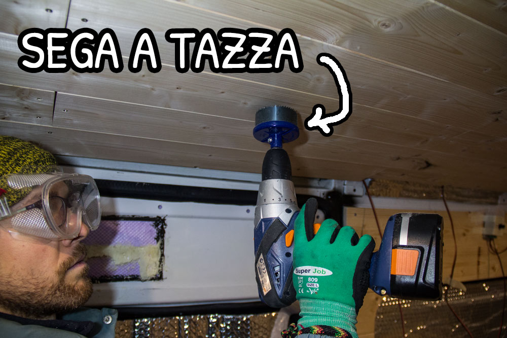 Valerio alle prese con la sega a tazza per fare il foro della lampada LED sul soffitto